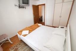 Спальня. Черногория, Рафаиловичи : Апартамент с отдельной спальней, с террасой, возле моря