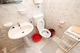 Ванная комната. Черногория, Рафаиловичи : Апартамент с отдельной спальней, с террасой, возле моря