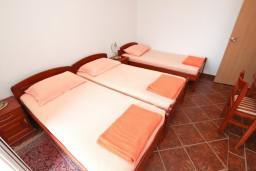 Спальня 2. Черногория, Пржно / Милочер : Апартамент для 5 человек, с 2-мя отдельными спальнями, с балконом с видом на море