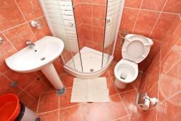 Ванная комната. Черногория, Пржно / Милочер : Апартамент для 5 человек, с 2-мя отдельными спальнями, с балконом с видом на море