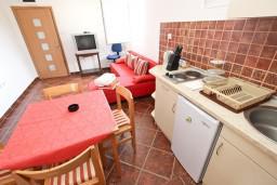 Кухня. Черногория, Пржно / Милочер : Апартамент для 4-5 человек, с 2-мя отдельными спальнями, с 2-мя балконами