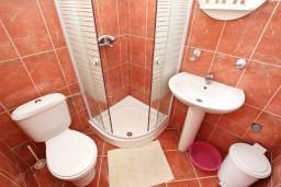 Ванная комната. Черногория, Пржно / Милочер : Апартамент для 4-5 человек, с 2-мя отдельными спальнями, с 2-мя балконами