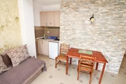 Кухня. Черногория, Дженовичи : Современный апартамент с отдельной спальней в 120 метрах от моря