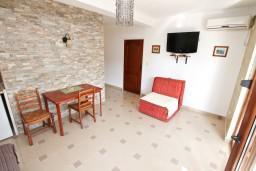 Гостиная. Черногория, Дженовичи : Современный апартамент с отдельной спальней в 120 метрах от моря