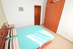 Спальня. Черногория, Дженовичи : Современный апартамент с отдельной спальней в 120 метрах от моря