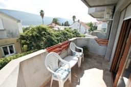 Балкон. Черногория, Дженовичи : Современный апартамент с отдельной спальней