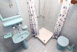 Ванная комната. Черногория, Лепетане : Студия для 3 человек, с террасой, возле моря