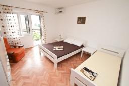 Спальня. Черногория, Доброта : Апартамент для 8 человек, с 3-мя отдельными спальнями, с балконом с видом на море