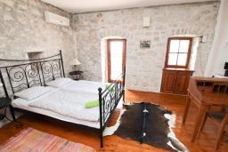 Спальня. Черногория, Риека Режевичи : 3-х этажный дом в Святом Стефане (Река Режевичи) с 3-мя отдельными спальнями, с 2-мя ванными комнатами, с большой гостиной, с террасой и 2-мя балконами с шикарным видом на море, с бассейном, с местом для барбекю, несколько парковочных мест