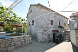 Фасад дома. Черногория, Жанице / Мириште : 3-х этажный дом в Луштица (Радованичи) с 5-ю отдельными спальнями, с 5-ю ванными комнатами, с просторной гостиной, с большой крытой террасой, с зеленым двориком, с местом для барбекю, несколько парковочных мест