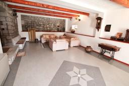 Гостиная. Черногория, Жанице / Мириште : 3-х этажный дом в Луштица (Радованичи) с 5-ю отдельными спальнями, с 5-ю ванными комнатами, с просторной гостиной, с большой крытой террасой, с зеленым двориком, с местом для барбекю, несколько парковочных мест