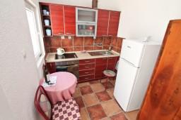 Кухня. Черногория, Жанице / Мириште : 3-х этажный дом в Луштица (Радованичи) с 5-ю отдельными спальнями, с 5-ю ванными комнатами, с просторной гостиной, с большой крытой террасой, с зеленым двориком, с местом для барбекю, несколько парковочных мест