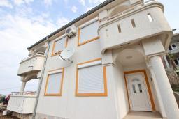 Фасад дома. Черногория, Утеха : 2-х этажный дом в Полюшково с 3-мя отдельными спальнями, с 2-мя ванными комнатами, с большой гостиной, с 3-мя балконами с видом на море, несколько парковочных мест