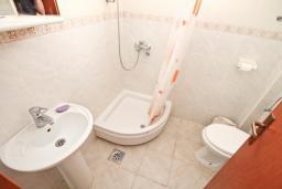 Ванная комната. Черногория, Утеха : 2-х этажный дом в Полюшково с 3-мя отдельными спальнями, с 2-мя ванными комнатами, с большой гостиной, с 3-мя балконами с видом на море, несколько парковочных мест