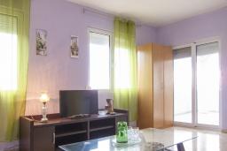 Гостиная. Черногория, Утеха : 2-х этажный дом в Полюшково с 3-мя отдельными спальнями, с 2-мя ванными комнатами, с большой гостиной, с 3-мя балконами с видом на море, несколько парковочных мест