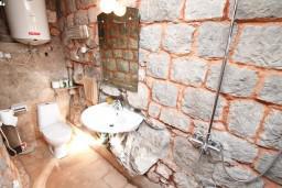 Ванная комната. Черногория, Жанице / Мириште : Дом в Луштице (Мркови) с 2-мя отдельными спальнями, с гостиной, с двориком, с террасой на крыше, 3G модем бесплатно