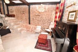 Гостиная. Черногория, Жанице / Мириште : Дом в Луштице (Мркови) с 2-мя отдельными спальнями, с большой гостиной и столовой, с большой кухней, с 2-мя ванными комнатами, с внутреннем двориком, с террасой на крыше, с бассейном, с местом для барбекю, 3G модем бесплатно