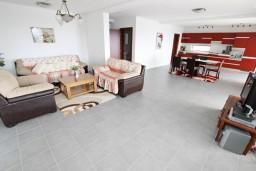 Гостиная. Черногория, Пржно / Милочер : 2-х этажный, шикарный дом в Пржно (Кульяче) с 4-мя отдельными спальнями, с просторной гостиной, с 3-мя ванными комнатами, с бассейном, с двумя террасами с шикарным видом на море, с гаражом, с местом для барбекю