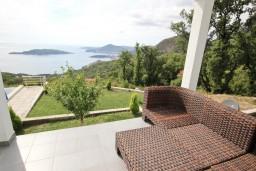 Терраса. Черногория, Пржно / Милочер : 2-х этажный, шикарный дом в Пржно (Кульяче) с 4-мя отдельными спальнями, с просторной гостиной, с 3-мя ванными комнатами, с бассейном, с двумя террасами с шикарным видом на море, с гаражом, с местом для барбекю
