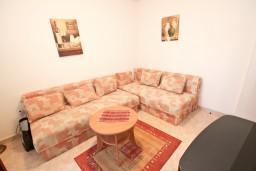 Гостиная. Черногория, Рафаиловичи : Апартамент для 3-5 человек, с 2-мя отдельными спальнями, 50 метров до моря