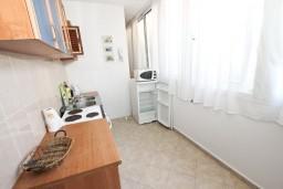 Кухня. Черногория, Рафаиловичи : Апартамент для 3-5 человек, с 2-мя отдельными спальнями, 50 метров до моря