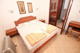 Спальня. Черногория, Рафаиловичи : Апартамент для 3-5 человек, с 2-мя отдельными спальнями, 50 метров до моря