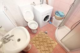 Ванная комната. Черногория, Рафаиловичи : Апартамент для 3-5 человек, с 2-мя отдельными спальнями, 50 метров до моря