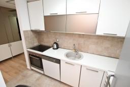 Кухня. Черногория, Доброта : Современный апартамент для 4-5 человек, с отдельной спальней, с балконом с видом на море