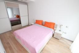 Спальня. Черногория, Доброта : Современный апартамент для 4-5 человек, с отдельной спальней, с балконом с видом на море