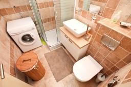 Ванная комната. Черногория, Доброта : Современный апартамент для 4-5 человек, с отдельной спальней, с балконом с видом на море