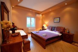 Спальня. Черногория, Доброта : Апартамент для 7-9 человек, с 3-мя отдельными спальнями, с 2-мя ванными комнатами (ванна и душ), с большой гостиной, с террасой с видом на море, 20 метров до пляжа