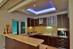 Кухня. Черногория, Доброта : Апартамент для 7-9 человек, с 3-мя отдельными спальнями, с 2-мя ванными комнатами (ванна и душ), с большой гостиной, с террасой с видом на море, 20 метров до пляжа