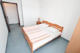 Спальня 2. Черногория, Крашичи : Апартамент для 5 человек, с 2-мя отдельными спальнями, с террасой с видом на море, 70 метров до пляжа