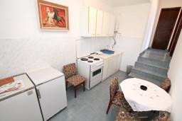 Кухня. Черногория, Крашичи : Апартамент для 5 человек, с 2-мя отдельными спальнями, с террасой с видом на море, 70 метров до пляжа