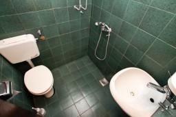 Ванная комната. Черногория, Крашичи : Апартамент для 5 человек, с 2-мя отдельными спальнями, с террасой с видом на море, 70 метров до пляжа