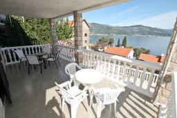 Терраса. Черногория, Крашичи : Апартамент для 5 человек, с 2-мя отдельными спальнями, с террасой с видом на море, 70 метров до пляжа