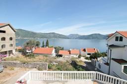 Вид на море. Черногория, Крашичи : Апартамент для 5 человек, с 2-мя отдельными спальнями, с террасой с видом на море, 70 метров до пляжа