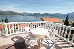 Терраса. Черногория, Крашичи : Большой апартамент для 10 человек, с 4-мя отдельными спальнями, с 2-мя ванными комнатами, с террасой с шикарным видом на море, 70 метров до пляжа