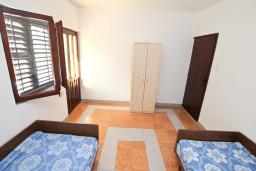 Спальня. Черногория, Крашичи : Большой апартамент для 10 человек, с 4-мя отдельными спальнями, с 2-мя ванными комнатами, с террасой с шикарным видом на море, 70 метров до пляжа