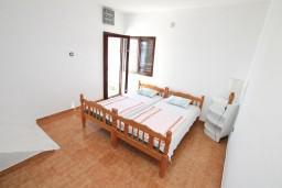 Спальня 2. Черногория, Крашичи : Большой апартамент для 10 человек, с 4-мя отдельными спальнями, с 2-мя ванными комнатами, с террасой с шикарным видом на море, 70 метров до пляжа