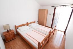 Спальня 4. Черногория, Крашичи : Большой апартамент для 10 человек, с 4-мя отдельными спальнями, с 2-мя ванными комнатами, с террасой с шикарным видом на море, 70 метров до пляжа