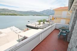 Балкон. Черногория, Радовичи : Апартамент с отдельной спальней, с балконом с шикарным видом на море, возле пляжа