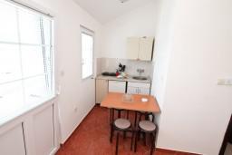 Кухня. Черногория, Радовичи : Апартамент с отдельной спальней, с балконом с шикарным видом на море, возле пляжа