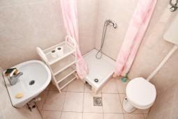 Ванная комната. Черногория, Радовичи : Апартамент с отдельной спальней, с балконом с шикарным видом на море, возле пляжа