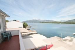 Вид. Черногория, Радовичи : Апартамент с отдельной спальней, с балконом с шикарным видом на море, возле пляжа