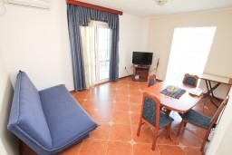Гостиная. Черногория, Доброта : Апартамент с отдельной спальней, с балконом с шикарным видом на море, возле пляжа