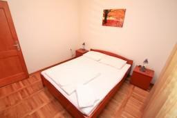 Спальня. Черногория, Доброта : Апартамент с отдельной спальней, с балконом с шикарным видом на море, возле пляжа