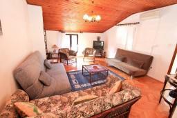 Гостиная. Черногория, Доброта : Апартамент для 5 человек, с 2-мя отдельными спальнями, с большой гостиной, с балконом с шикарным видом на море