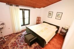 Спальня. Черногория, Доброта : Апартамент для 5 человек, с 2-мя отдельными спальнями, с большой гостиной, с балконом с шикарным видом на море