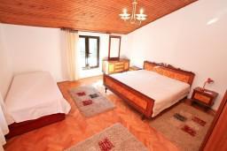 Спальня 2. Черногория, Доброта : Апартамент для 5 человек, с 2-мя отдельными спальнями, с большой гостиной, с балконом с шикарным видом на море